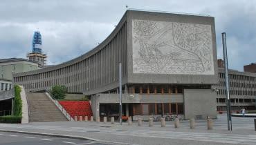 Y-block w Oslo. Na fasadzie mural 'Rybacy'.