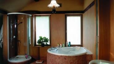 Mama i córka wprost przepadają za długimi kąpielami w dużej wannie z hydromasażem. Tata chętniej wybiera szybkie kąpiele pod prysznicem.
