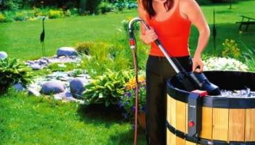Rośliny w ogródku można podlewać prosto z beczki za pomocą zraszacza. Wykorzystuje się do tego celu zanurzeniowe pompy do wody czystej.