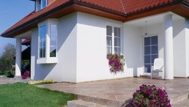 Niewielki klasyczny wykusz - ceniona ozdoba współczesnych budynków jedno-rodzinnych. Zadaszenie wykusza może przybierać rozmaite formy. Tutaj wykusz schował się pod szeroki dach budynku.