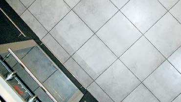 Podłoga w kuchni wykończona płytkami ceramicznymi
