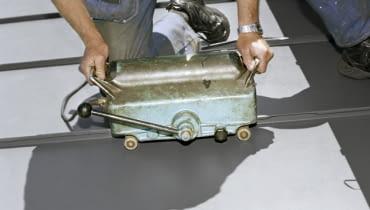 Na budowie podczas prac, używa się rozmaitych narzędzi, nie tylko tradycyjnej kielni