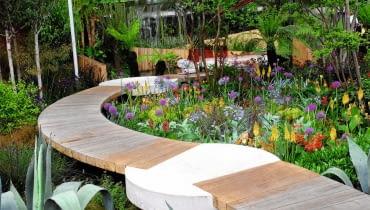 ŚCIEŻKA- -POMOST z prostokątnych bali ułożonych na styk. W połączeniu z betonowymi detalami dodaje ogrodowej kompozycji dynamiki.