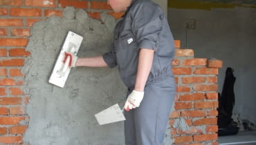 Ściany działowe można wykonać jako murowane (na zdjęciu z cegły ceramicznej) lub z płyt gipsowo-kartonowych