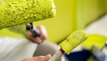 Malowanie wałkiem to najpopularniejsza metoda, zarówno wśród amatorów, jak i profesjonalistów.