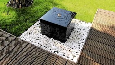 Fontanna - kostka granitowa w komplecie ze zbiornikiem i pompą, ok. 3900 zł, Chronos