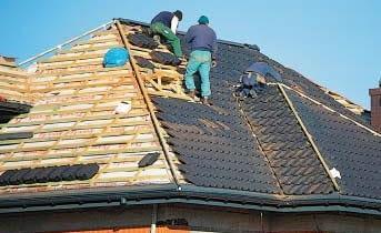 Dachówki ceramiczne i cementowe układa się na rusztowaniu z kontrłat i łat (ołatowaniu).