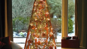 Adventskalender und Weihnachtsbaum mit roten Stangen 12/12 Weihnachtsbaum abends mit Beleuchtung : Gestell aus roten Stangen mit Cornus ( Hartriegel ), Pinus ( Seidenkiefer ), Hedera ( Efeu ) mit Lichterkette und roten Kugeln am Fenster SLOWA KLUCZOWE: Floristik innen Weihnachten Praxis gr´n rot Fenster schottisch Schottenkaro Advent Stepabfolge Fertigbild hoch 000 msgnp08