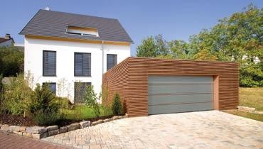 Brama segmentowa z drewnianymi intarsjami