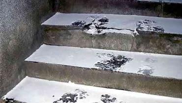 17.12.2002 WARSZAWA - OSNIEZONE SCHODY FOT. JERZY GUMOWSKI / AGENCJA GAZETA