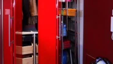Otwarte drzwi łamane (tzn. składające się z dwóch części połączonych zawiasami) potrzebują o połowę mniej miejsca niż tradycyjne (rozwierane). Są one jednak dość drogie.