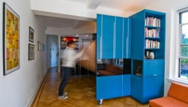 małe mieszkanie, jak urządzić małe mieszkanie, łóżko chowane w szafie, chowane meble