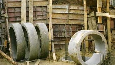 Jeśli grubość warstw słabych gruntów nie jest większa niż 2-3 m, budynek można posadowić na studniach kopanych. Wykonuje się je z kręgów betonowych.