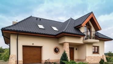 Przykład dachu z blachodachówki (Kron, BLACHY PRUSZYŃSKI): blacha dwustronnie ocynkowana z powłoką poliester mat gruboziarnisty, kolor grafitowy, cena netto -24,50 za m2 całkowity.