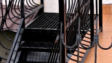 Metalową balustradę wystarczy przemalować jeśli nie łuszczy się stara farba.