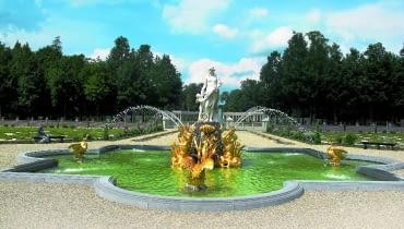 Fontanna ustawiona pośrodku ogrodu nawiązuje do barokowych ogrodów francuskich.