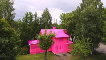 Dom z różowej włóczki