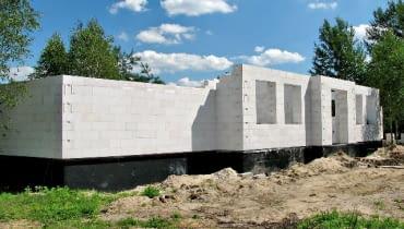 Dom budowany w technologii jednowarstwowej z betonu komórkowego