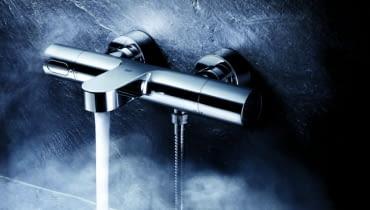 Bateria termostatyczna jest bardzo bezpieczna w użytkowaniu - w razie awarii w instalacji termostat zablokuje wypływ gorącej wody