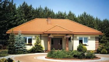 Najprostsza forma ganku, czyli zadaszenie nad wejściem do domu, wsparte na kolumnach