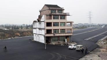 Dom na środku autostrady