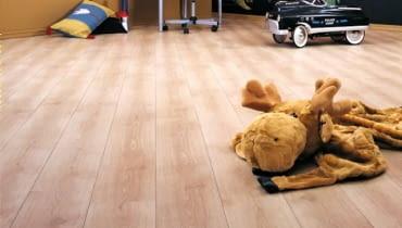 Warto, by panele podłogowe do pokoju dziecięcego miały powłokę elektrostatyczną i antybakteryjną
