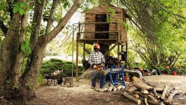 Jeśli kłodę położy się na stojaku, cięcie drewna będzie wygodne