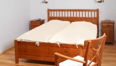 PRZED ZMIANĄ. Sypialnię urządzono bardzo oszczędnie, tak jakby dla właścicieli liczyła się tylko funkcjonalność. W pokoju było wszystko, co potrzebne do snu, jednak wyglądał zimno i sterylnie, bo zabrakło elementów dekoracyjnych, niezbędnych w tworzeniu atmosfery dobrej dla relaksu.