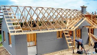 Ułożone na ścianach i w dachu folie chronią warstwę ocieplenia przed zawilgoceniem wodą opadową