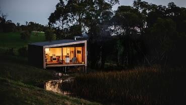 dom nad jeziorem, prosty dom, nowoczesny dom, jak urządzić nowoczesny dom, minimalistyczny dom, dom na wakacje