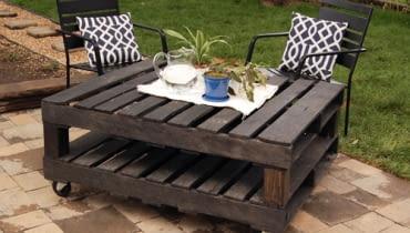 Stolik ogrodowy z palet. Zrób to sam