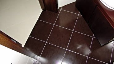 Czyste, jasne fugi ładnie kontrastują z płytkami ceramicznymi w ciemnym kolorze.