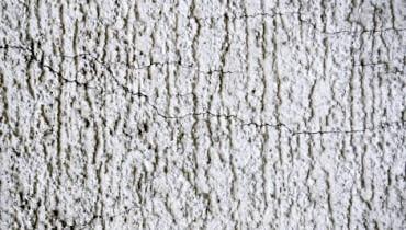 Nieregularne, drobne rysy na tynku wystarczy pomalować