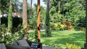 A Na tyłach domu znajduje się duży taras zadaszony drewnianą pergolą