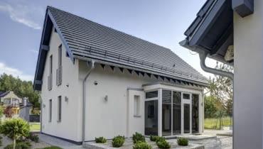 W domu energooszczędnym ważny jest m.in. projekt i ustawienie domu względem stron świata. Szklany wiatrołap minimalizuje ubytki ciepła. Nocą - dzięki kolorowym taśmom LED - jest efektownie podświetlany