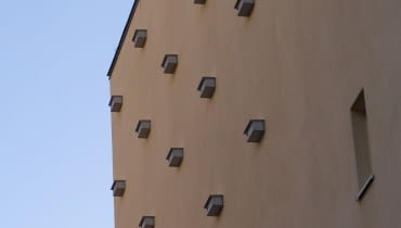 Budki dla jerzyków na wyremontowanych komunalnych domach na Pradze-Południe.