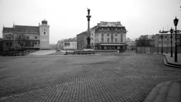 Plac Zamkowy o 7.00 rano w Nowy Rok. Ostatnie taksówki odjechały już na przedmieścia. Pierwsi spacerowicze pojawią się tu za kilkadziesiąt minut.