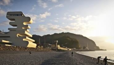 Punkt graniczny w Sarpi na granicy gruzińsko-tureckiej, zaprojektowany przez J. Mayer H. Architects. Nowoczesne i nietypowe formy budynku zapraszają do Gruzji turystów, a jednocześnie stanowią świadectwo przemian jakie dokonują się w kraju.