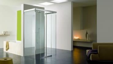 Otwarta kabina walk-in z taflami szkła umieszczonymi w profilach z aluminium nadaje wnętrzu przestronności i lekkości