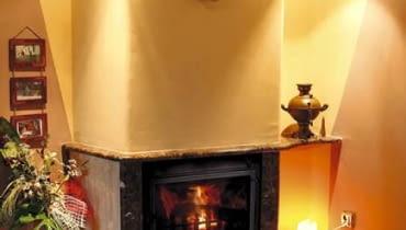 Zabudowany kominek z płaszczem wodnym trudno jest odróżnić od takiego ze zwykłym wkładem