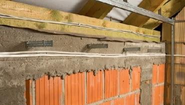 Dolny profil UD przykręca się do podłogi, boczne do murowanych ścian szczytowych lub działowych, a górny - do krokwi.