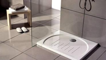 Montaż brodzika płaskiego trzeba przewidzieć na etapie projektowania instalacji, wiąże się to bowiem z odpowiednim poprowadzeniem kanalizacji