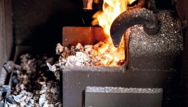 Aby dostosować moc pracującego kotła do zapotrzebowania na ciepło w domu, fachowiec reguluje ilość powietrza, która dopływa do komory spalania