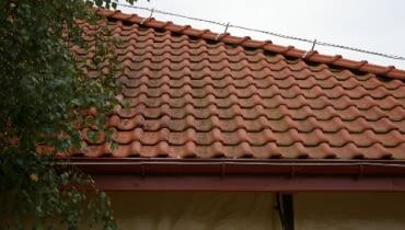 Zabrudzone pokrycie z dachówki cementowej
