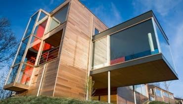 Drewniane elewacje to nie tylko domena dawnego budownictwa ludowego, ale również ważny element nowoczesnych trendów wzorniczych.