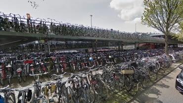 Okolice głównego dworca w Amsterdamie - to tutaj ma powstać podwodny parking rowerowy