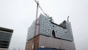 The construction site for the Elbphilharmonie (Philharmonic Hall), built by German construction company Hochtief, is pictured in downtown Hamburg, February 26, 2013. German builder Hochtief swung to a pretax profit in 2012 from a loss in the previous year, helped by one-time gains from asset divestments in Chile and Australia. Hochtief disclosed on Thursday a pretax profit of 546.4 million euros ($716.3 million), compared with a loss of 127 million in 2011. Its net profit reached 158.1 million euros in 2012, compared with a loss of 160 million in 2011. Picture taken February 26, 2013. REUTERS/Fabian Bimmer (GERMANY - Tags: BUSINESS CONSTRUCTION)