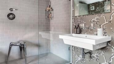 Dyskretna elegancja: Prawdziwy luksus w tym wnętrzu to obszerna kabina prysznicowa. Miejsca jest tyle, że można zarówno komfortowo przygotować się do kąpieli, jak i po niej odpocząć.