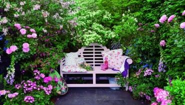 Uroczy kącik skrywa gąszcz kwiatów, m.in. róż, jaśminowców, lilaków. Dzięki temu jest kameralny i pachnący.