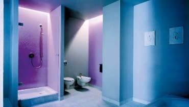 Ściany w łazience wykłada się nie tylko kafelkami, można na nich zastosować specjalny malarski system wodoodporny